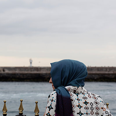 Traditional woman on the asian coast of Istanbul - p1138m1093862 by Stéphanie Foäche