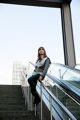 Junge Frau rutscht Treppengelände Bahnhof Potsdamer Platz herunter I - p1212m1137070 von harry + lidy