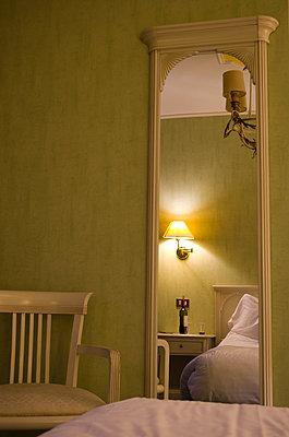 Hotelzimmer - p195m1526391 von Sandra Pieroni
