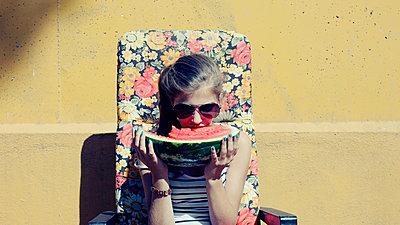 Junges Mädchen isst eine Melone - p896m835766 von Richard Brocken