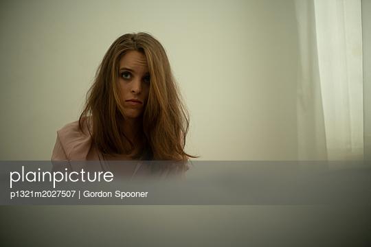 Traurige junge Frau - p1321m2027507 von Gordon Spooner