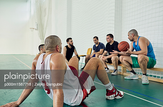 Basketball players during break - p300m1587718 von Zeljko Dangubic