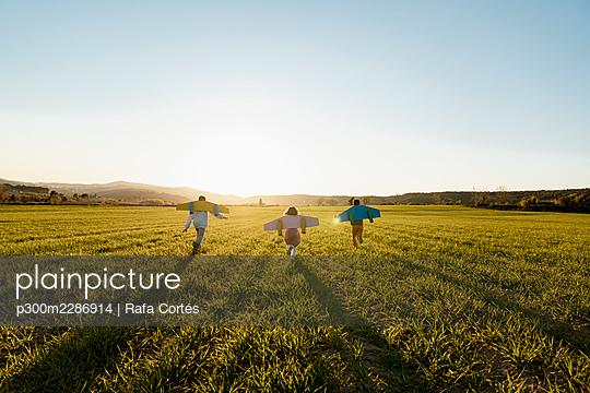 Spain, Valencian Community, Alicante. Children playing in the countryside - p300m2286914 von Rafa Cortés