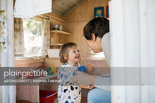 Toddler girl with mother in playhouse - p312m2208217 by Amanda Falkman