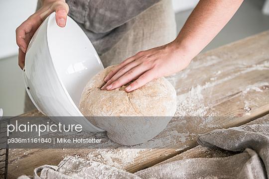 Brot backen - p936m1161840 von Mike Hofstetter