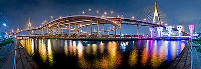 Beleuchtete Bhumibol-Brücke bei Nacht - p1032m1220646 von Fuercho