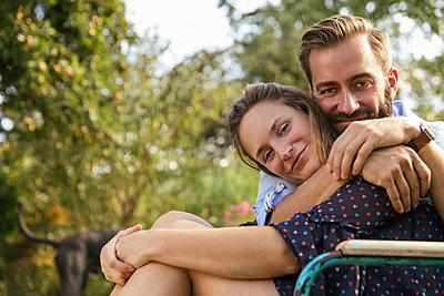 Paar im Schrebergarten - p788m2027409 von Lisa Krechting