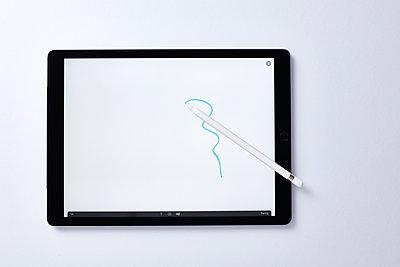 Zeichnen auf dem Tablet PC - p913m1475060 von LPF