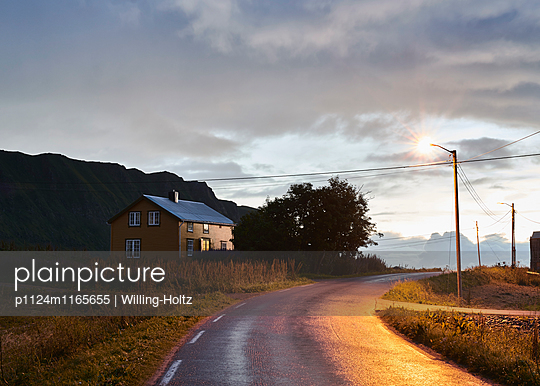 Landstraße bei Nacht - p1124m1165655 von Willing-Holtz