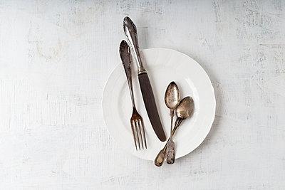 Silver cutlery on plate - p300m1153919 by Mandy Reschke