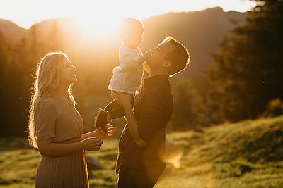 Happy family with little son on a hiking trip at sunset, Schwaegalp, Nesslau, Switzerland - p300m2140591 by letizia haessig photography