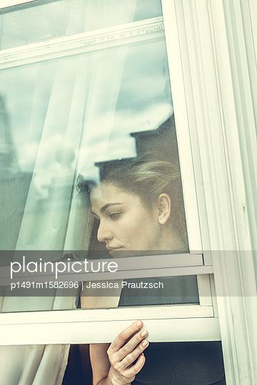 Frau blickt aus Fenster - p1491m1582696 von Jessica Prautzsch
