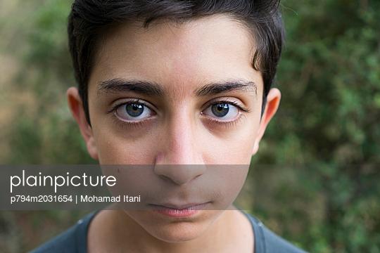 Junge blickt in die Kamera - p794m2031654 von Mohamad Itani