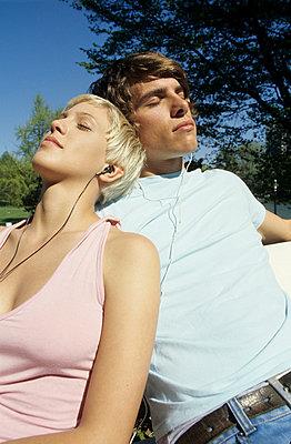 Listening to music - p0451883 by Jasmin Sander