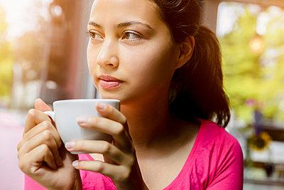 Junge Frau im Cafe - p422m987450 von Büro Monaco