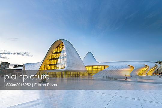 Azerbaijan, Baku, Heydar Aliyev Center - p300m2016252 von Fabian Pitzer