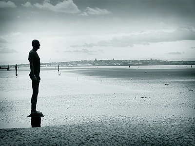 Antony Gormley sculpture - p1072m830462 by Stephen Cliffe