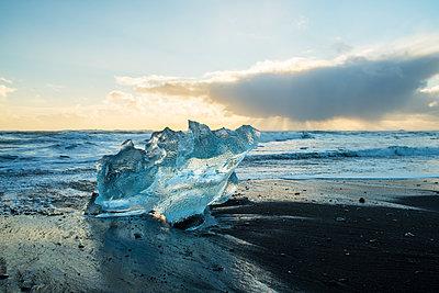 Iceland, South Iceland, Fjallsarlon glacial lake at sunset - p300m2132562 by A. Tamboly