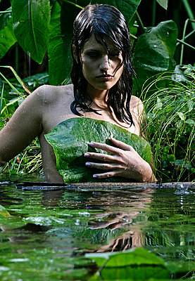 Woman in jungle - p730m668372 by Adrian Bischoff