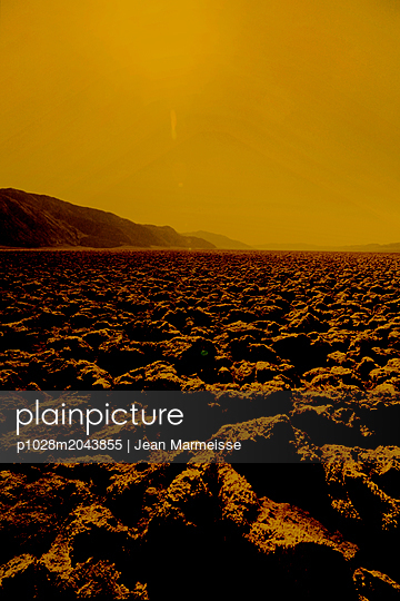 Heatwave in Devil's Golf Course, Death Valley, California - p1028m2043855 von Jean Marmeisse