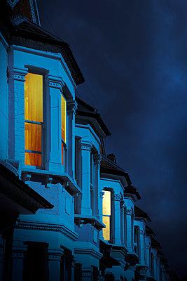 Altbauten mit erleuchteten Fenstern bei Nacht, London - p1248m2289355 von miguel sobreira
