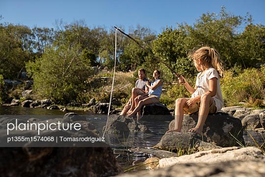 Familie am Seeufer - p1355m1574068 von Tomasrodriguez