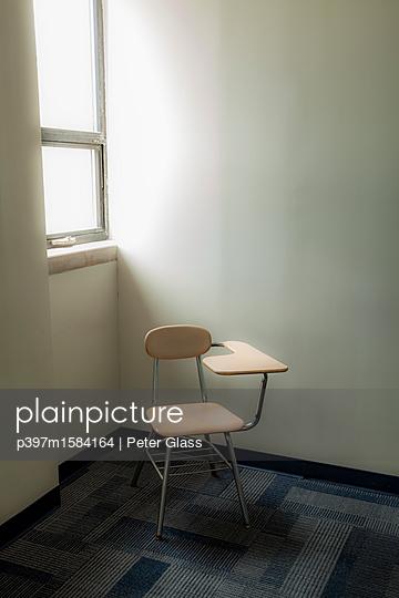 Verlassener Stuhl in einem Klassenzimmer - p397m1584164 von Peter Glass