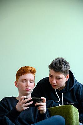 Mädchen und Junge mit Smartphone - p427m2152765 von Ralf Mohr
