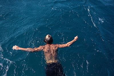 Man drifting in the sea - p045m901029 by Jasmin Sander