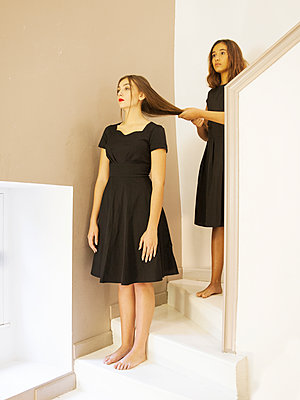 Zwei Frauen auf der Treppe - p1105m2133117 von Virginie Plauchut