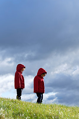 Two small boys in matching red jackets - p1228m1496691 by Benjamin Harte