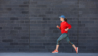 Woman jogging in Hamburg - p1678m2262267 by vey Fotoproduction