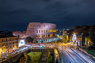 Italy, Rome, Colosseum at night - p300m2080337 by Hans Mitterer