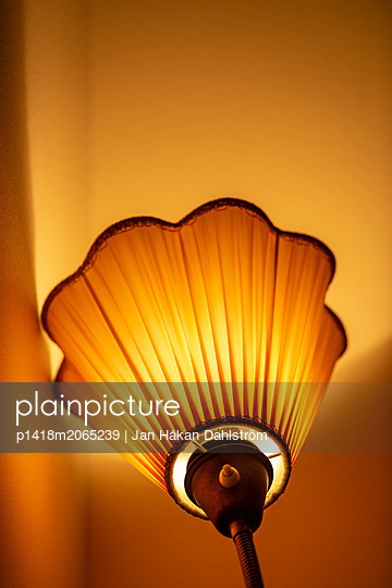 Floor lamp shining light on wall - p1418m2065239 by Jan Håkan Dahlström