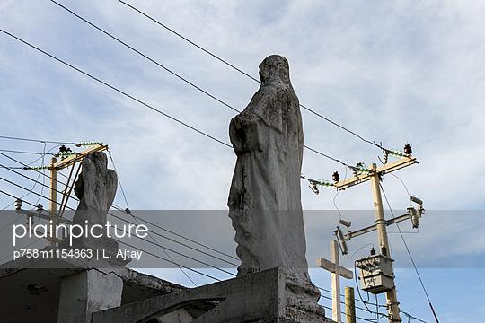 Skulpturen und Stromleitungen - p758m1154863 von L. Ajtay
