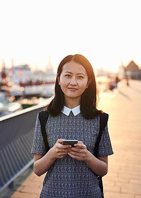 Portrait Asiatin im Gegenlicht - p1124m1169900 von Willing-Holtz