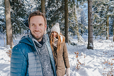 Young couple takes a winter stroll - p586m2005128 by Kniel Synnatzschke