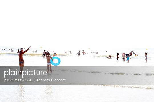 Menschen am Strand - p1289m1123984 von Elisabeth Blanchet