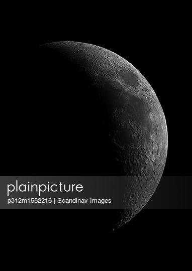 plainpicture - plainpicture p312m1552216 - Moon on black background - plainpicture/Johner/Scandinav Images