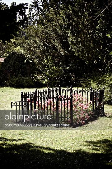 Blumenbeet auf einem Friedhof - p586m973055 von Kniel Synnatzschke