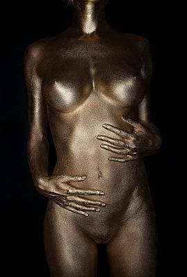 Frau in Gold - p427m963526 von R. Mohr