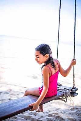 Mädchen Schaukel am Strand - p680m1511589 von Stella Mai