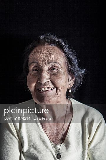 Ältere Frau lächelnd - p874m1074214 von Lisa Franz
