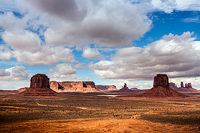 Scenic view of Monument Valley - p1094m1209075 by Patrick Strattner