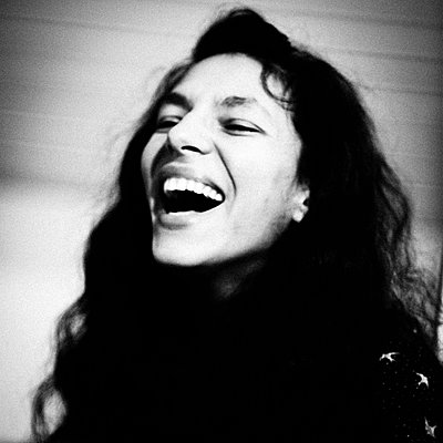 Laughing woman, portrait - p1616m2187776 by Just - Schmidt