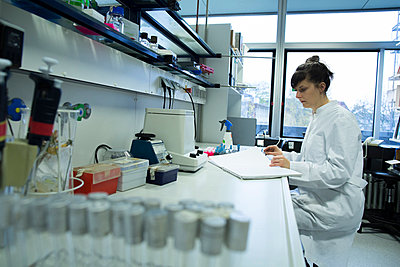Young female natural scientist working at  labroratory - p300m978117f by Sigrid Gombert