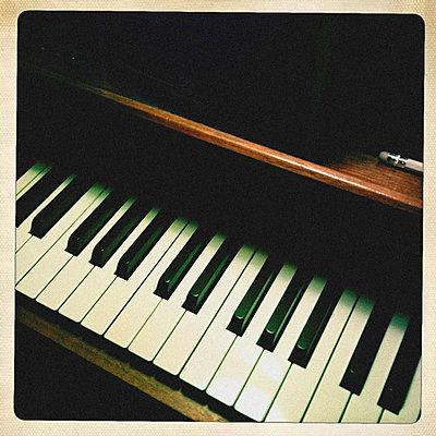 Piano - p586m780654 by KNSY Bande