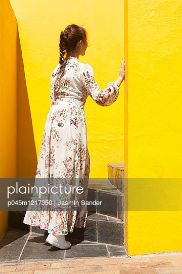 Frau steigt Treppe hinauf - p045m1217350 von Jasmin Sander