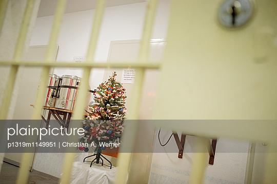 Weihnachtsbaum in der JVA Goldlauter - Weihnachten im Gefängnis - p1319m1149951 von Christian A. Werner