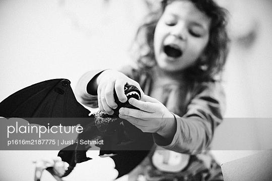 Mädchen spielt mit Drachen - p1616m2187775 von Just - Schmidt